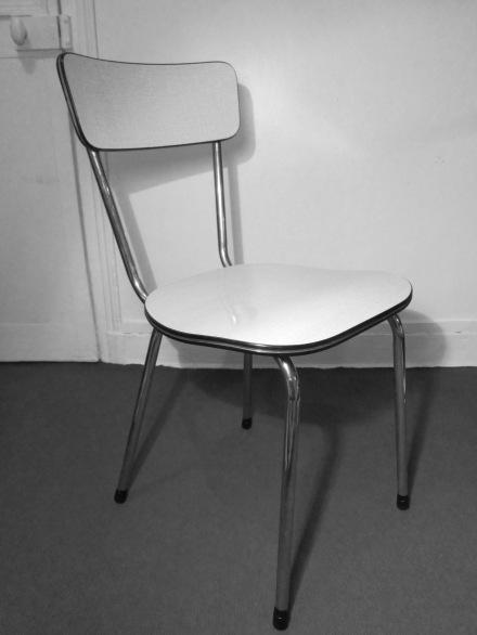 Chaise en formica gris clair