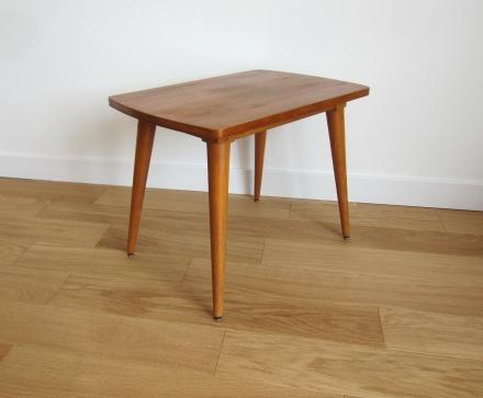 Petite table d'appoint, légère, discrète et élégante