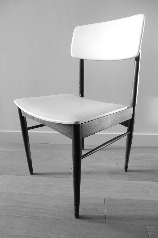 chaise noir et blanc style scandinave années 60