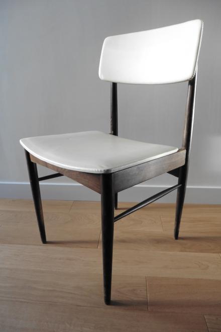 Chaise scandinave en skaï blanc
