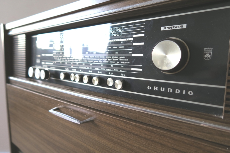 d j adopt meuble radio grundig vintage les petits meubles. Black Bedroom Furniture Sets. Home Design Ideas